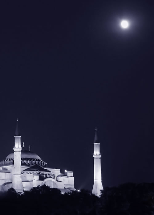 Simply a gorgeous night photo of Hagia Sophia (Image Credit: Qaoz (Flickr))